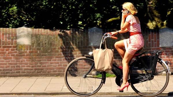Amsterdamissa kaikki pyöräilevät joka paikkaan.